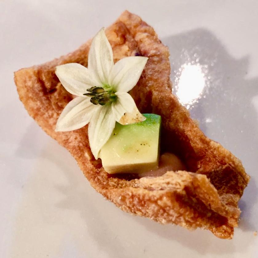chicharrón de jamón ibérico, puré de frijoles al oloroso vors, aguacate, flor de chile jalapeño y salsa kut